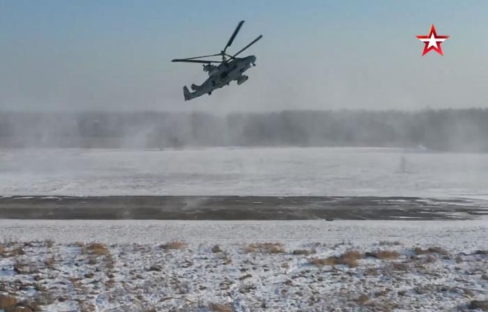 Helikopter bu sırada neredeyse 90 derecelik hızlı bir tırmanış gerçekleştiriyor.
