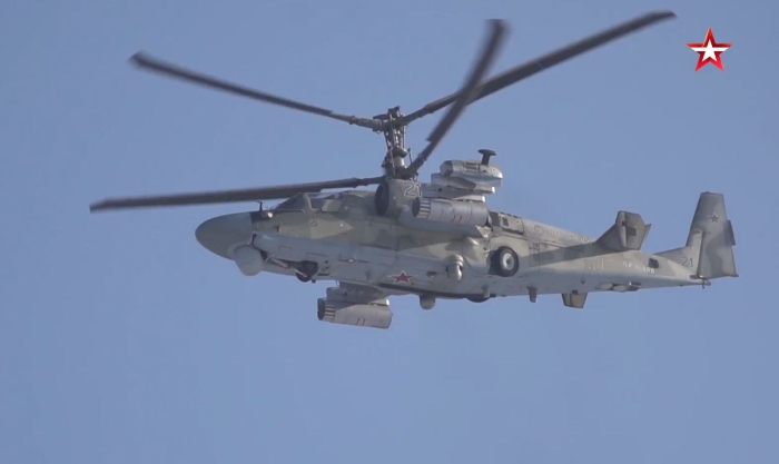 Ka-52 'Timsah' saldırı helikopteri, Rusya'da bir eğitim uçuşu sırasında yerden birkaç metre yükseklerek akrobatik hareketler yaptı.