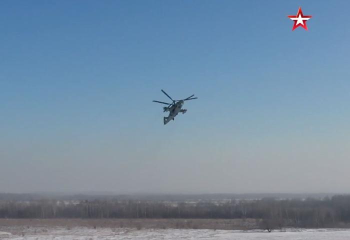 Zvezda TV'nin bildirdiğine göre, bu tür eğitim uçuşları sırasında pilotlar kötü hava koşullarında görev yapmayı öğreniyorlar.
