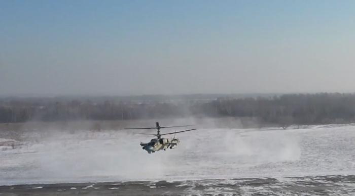 Ka-52 personeli alçak irtifalarda uçarken, savaş helikopterinin silah sistemlerini bir hedefe kilitledi.