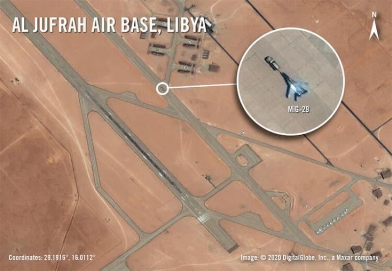<p>ABD ordusunun Afrika Kuvvetleri Komutanlığı (AFRICOM), Rusya'nın Libya'daki El Cufra ve El Kadim üslerine gönderdiği savaş uçaklarının fotoğraflarını yayınladı.</p><p><br></p><p>Söz konusu üslere konuşlanan 14 jet arasında Su-24 saldırı, MiG-29 avcı ve Su-35 önleme savaş uçağı da var.<br></p>