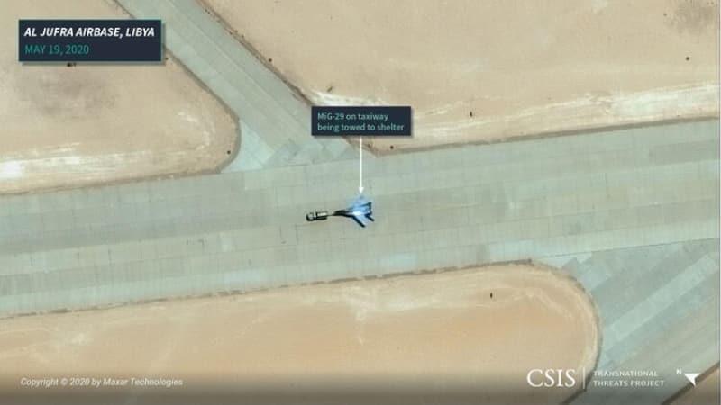 <p>19 Mayıs tarihinde yine Cufra'dan alınan bir başka uydu görüntüsünde, pistten hangara çekilen bir MiG-29 var. Analistler, MiG-29 ve Su-24 savaş uçaklarının gelmesinden günler sonra Hafter milisleri ve Rus paralı askerlerin Türkiye destekli Libya ordusu tarafından Trablus çevresinden çekilmeye zorlandığını aktarıyor.</p>