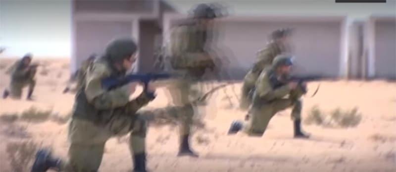 <p>Paralı askerler Wagner Grubu'nu çok önceden Libya'ya yerleştiren Moskova yönetimi, 2017'den bu yana Hafter milislerine eğitim, danışmanlık ve ekipman desteği sağlıyor. 2020'nin başlarında Libya'daki Rus paralı askerlerin sayısı 1200'e çıktı.<br></p>