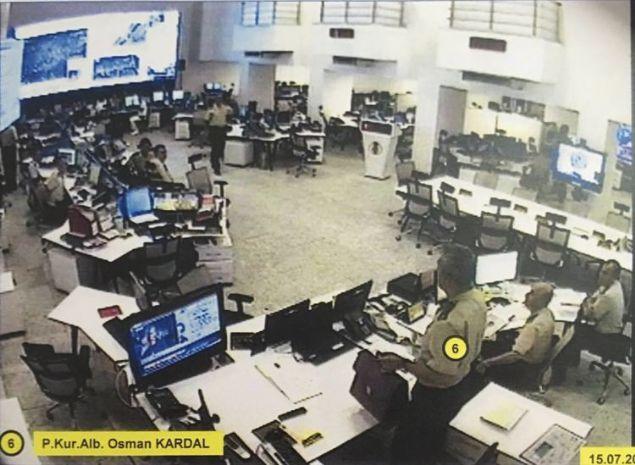 ELLERİNDE MAKİNELİ SİLAHLAR VAR Soruşturma dosyasına giren görüntülerde harekat merkezinde görevli Tuğgeneral Arif Pazarlıoğlu'nun, darbe girişimini televizyondan izlemesi kameralara yansıyor. Tuğgeneral Alpaslan Çetin, Kurmay Albay Osman Kardal, Kurmay Yüzbaşı Recep Yıldız ve Kurmay Binbaşı Erhan Metin'in harekat merkezinde görüldüğü fotoğraflarda Kurmay Binbaşı Ali Gültekin ve Binbaşı Oğuzhan Konuk'un elindeki makineli silah dikkati çekiyor.