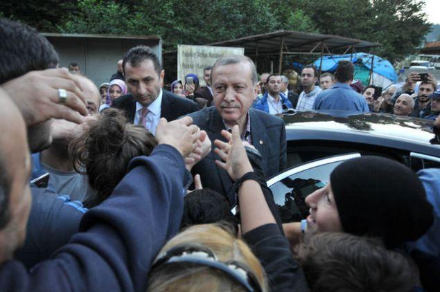 Rize'ye giden Cumhurba�kan� Recep Tayyip Erdo�an'�n makam arac� izdiham nedeniyle g��l�kle ilerlerken bir vatanda� FET�'den a���a al�nan e�i i�in yard�m istedi