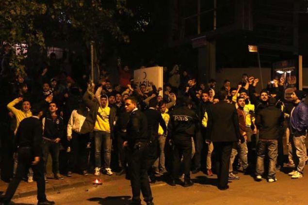 <p>  Fenerbahçe taraftarı bir grup, bir televizyon kanalındaki spor programındaki sözleri nedeniyle yorumcu Rasim Ozan Kütahyalı'ya programın yayınlandığı kanalın önünde protesto gösterisi yaptı. <strong><a href='http://www.star.com.tr/video/fenerbahce-taraftari-kanali-basti-video-722596/' onclick='window.open(this.href, ', 'resizable=no,status=no,location=no,toolbar=no,menubar=no,fullscreen=no,scrollbars=no,dependent=no'); return false;'>VİDEOYU İZLEMEK İÇİN TIKLAYIN...</a></strong></p>