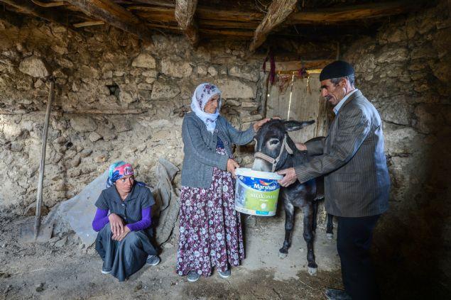 Van'da yaşayan Ahmet Bayco'nun, yaklaşık 30 yıl boyunca çobanlık yaparak biriktirdiği parayla satın aldığı 7 büyükbaş hayvanı çalındı. Bayco'nun eşi Saime Bayco da çok mağdur olduklarını, yetkililerce kendilerine yardımda bulunulmasını istedi.