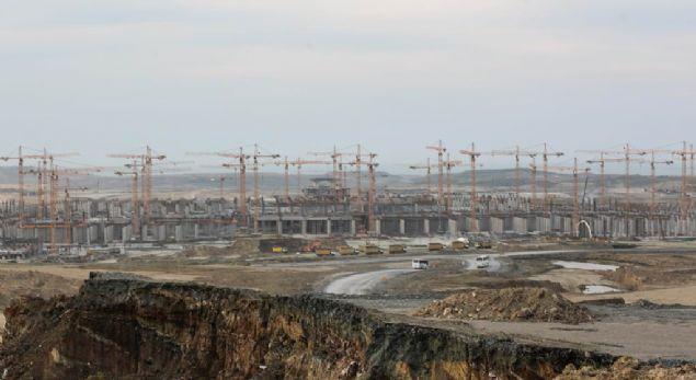 İLK ASFALT DÖKÜLDÜ  <br><br>  Türkiye'nin en önemli projelerinden biri olan İstanbul Yeni Havalimanı inşaatındaki bir numaralı pistte asfalt dökümü başladı. Havalimanı inşaatını gerçekleştirmek ve 25 yıl boyunca işletmesini yapmak üzere kurulan İGA, asfalt döküm çalışmalarıyla ilgili görüntüleri paylaştı.