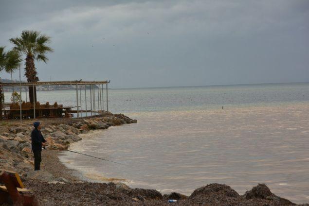 Balıkesir'in Edremit Körfezi'nde etkili olan yağmur denizin rengini de değiştirdi.