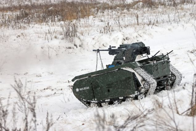 ADDER olarak adlandırılan 3 metrelik uzun boylu mini tank, 1,7 mil uzaklıktaki hedefleri doğru bir şekilde vurabilen ve görevine bağlı olarak şeklini değiştirebilen ağır bir makineli tüfeğe sahip.