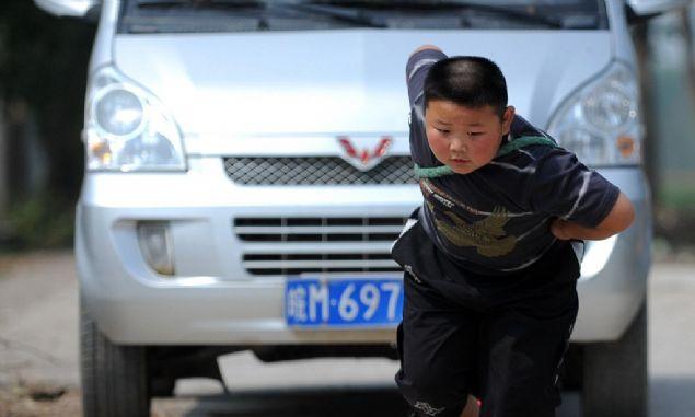 100 kiloluk babasını sırtında taşıyan, ip ile araba çekebilen çocuk oldukça kuvvetli. Ailesi de onun bu özelliğini çeşitli getir götür işlerinde kullanmasını iyi biliyor.