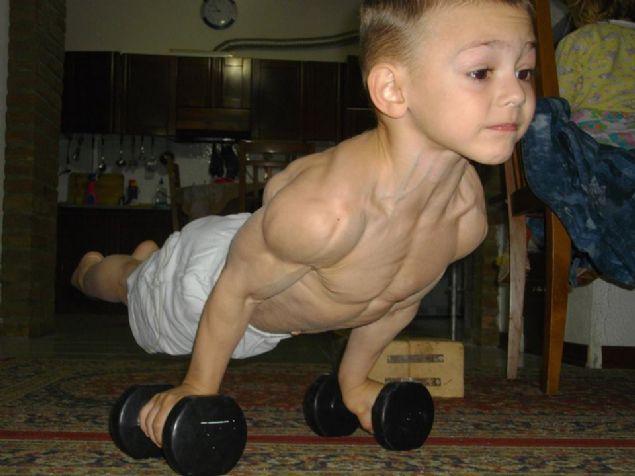 Çeşitli jimnastik aletleri ile çalışan, egzersizler yapan çocuklar yaşıtlarının yapamayacağı bir çok hareketi oldukça kolay bir şekilde gerçekleştiriyor.