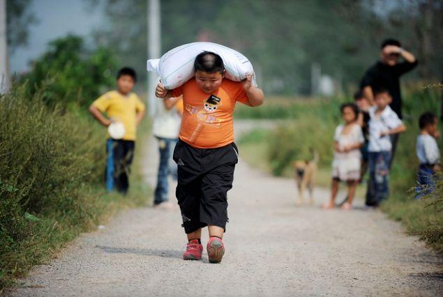 Yang Jinlong: Çin'in Anhui bölgesinden Yang Jinglong, yalnızca 7 yaşındayken 100 kiloluk çimento torbaları kaldırmayı başarmasıyla dünyanın en güçlü çocukları arasındaki yerini aldı.