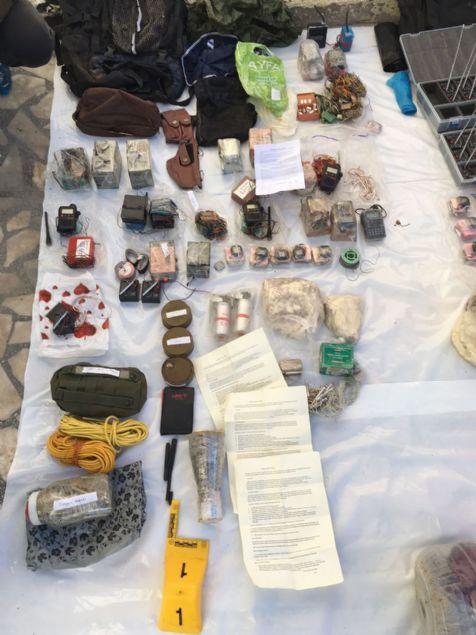 Yaklaşık (150) adet değişik model ve işlemlerle hazırlanmış el yapımı bombada kullanmak üzere hazırlanmış bomba anahtar sistemi
