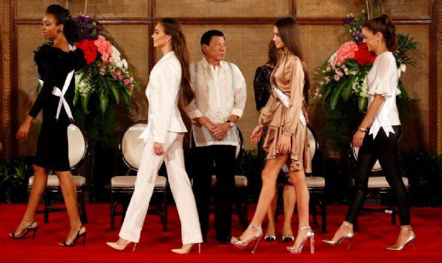Güzelleri karşında gören Duterte'nin nutku tutuldu