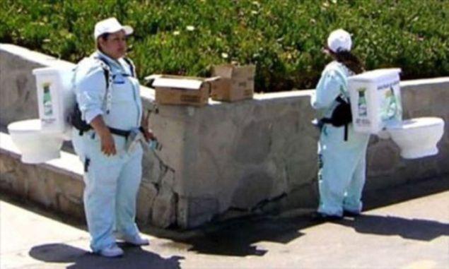 Tuvalet temizleme ilacını satmak için tuvaleti sırtlarında taşıyan kadın pazarlamacılar