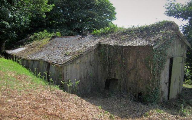 İngiliz mimar Martin Hall, harabeye dönmüş bir tavuk çiftliğini elden geçirerek inanılmaz bir mini otele dönüştürdü.