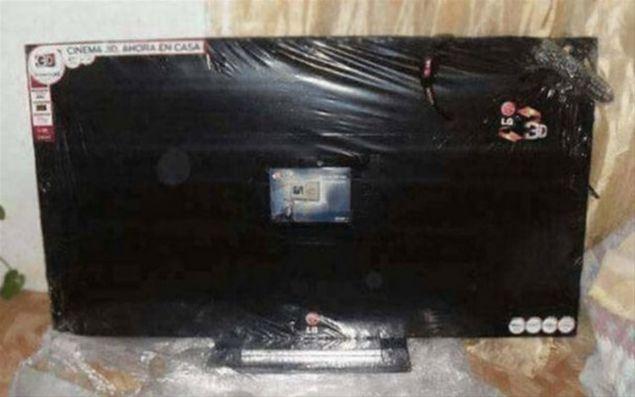 İnternetten televizyon alan adam, paketi açınca karşılaştığı görüntü karşısında şoke oldu.