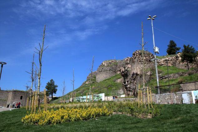 Çevre ve Şehircilik Bakanlığınca Diyarbakır'ın tarihi Sur ilçesinde Hz. Süleyman Camisi'nin çevresindeki 115 dönümlük alanda yapılan rekreasyon çalışmasının ardından alan, vatandaşların beğenisini kazandı.