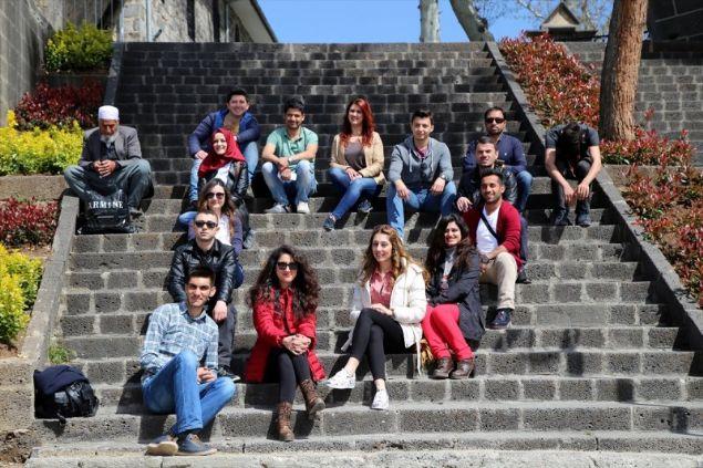 Van'dan ilçeyi gezmeye gelen Abdulaziz Birgün ise aynı okulda okudukları arkadaşı ile ilçeye geldiklerini, Diyarbakır denilince akla Sur'un geldiğini anlattı.