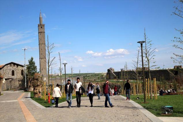 İlçede, 27 şehit sahabenin de metfun olduğu Hz. Süleyman Camisi'nin çevresindeki 115 dönümlük alanda yapılan rekreasyon çalışması, vatandaşların büyük beğenisini kazandı.