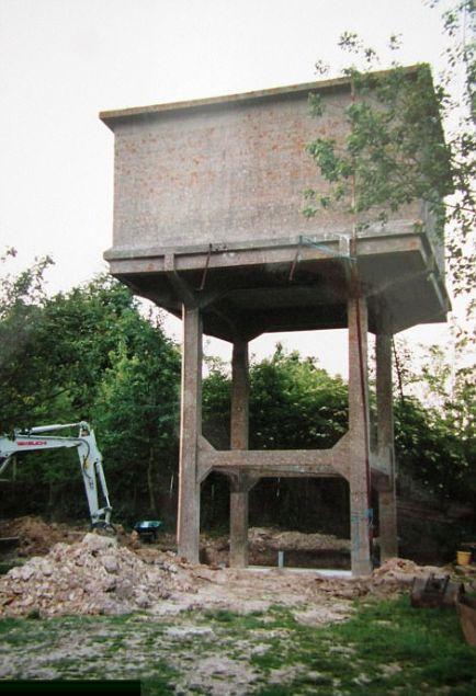 Bahçesindeki su kulesinin çirkin görüntüsünü değiştirmek isteyen çift burayı inanılmaz bir eve çevirdi.