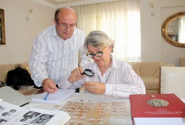 """Koleksiyonda çok eski ve değerli mühürlerin bulunduğunu belirten Vera Bulgurlu, """"Adnan Bey'deki mühürlerden 5. yüzyıla ait tek taraflı mühürde yazılar tek taraflı blog monogram şeklinde yazılmış. Monogramdaki harfleri tek tek yazarak, ismin ne olduğunu bulmaya çalışıyoruz. Bu mühür 1600 senelik bir mühür. 10. yüzyıla ait bir mühürde ise basamak üstüne bir haç, etrafında kısa bir dua yazıyor. 'Tanrı bana yardımcı ol' yazısı işlenmiş. Arsakios Vassilikosbataryos diye unvanı ve Stratigos Sebasteas yazıyor. Yani Arsakios Sivas'ta ordunun komutanı olarak görev yapmış."""
