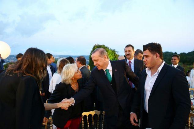 <p>  Cumhurbaşkanı Erdoğan, sanat&ccedil;ı ve sporcular ile iftarda bir araya geldi</p>