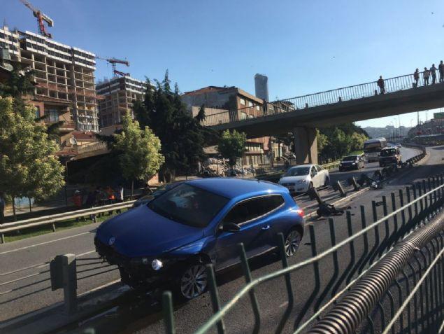 E-5 Karayolu Kadıköy istikametinde direksiyon hakimiyetini kaybeden sürücü bariyerlere çarparak metrobüs yoluna daldı. Kaza nedeniyle metrobüs seferleri tek şeritten sağlanıyor, metrobüs duraklarında yoğunluk oluştu.