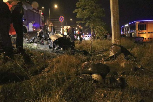Bolu'da D-100 karayolunda meydana gelen trafik kazasında ikiye bölünen araçtaki 3 kişi yaralandı.