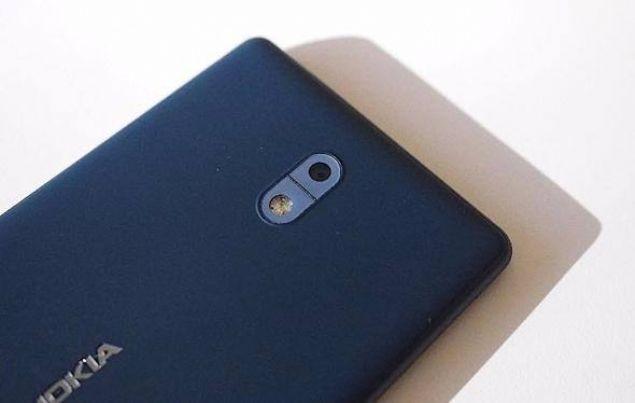 Nokia 3, 5 inç'lik ekranıyla geliyor. MediaTek MT6737 işlemcisinden güç alan cihazda 2 GB RAM, 16 GB da dahili hafıza bulunuyor.