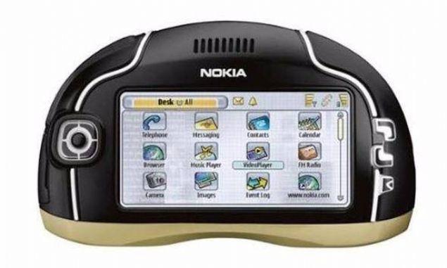 Nokia 7700  2003 yılında piyasaya sürülen cihaz hem iş fokuslu hem de multimedya içerikleri destekleyen donanımsal özellikleriyle geniş bir kitleye hitap ediyordu.