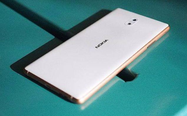 Nokia 3'ün gümüş beyaz, mat siyah, mavi ve bakır beyaz olmak üzere dört farklı renk seçeneği bulunuyor.