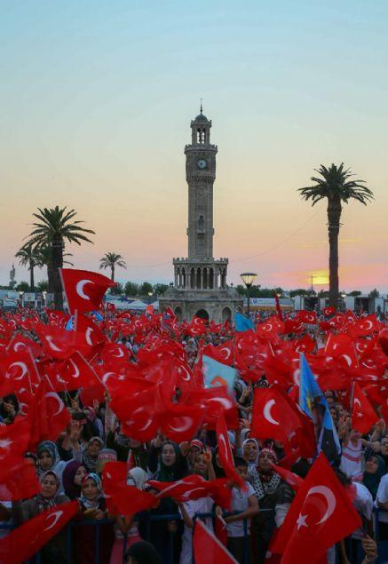 15 Temmuz Demokrasi ve Milli Birlik Günü etkinlikleri kapsamında İzmir'de Konak Meydanı'nda anma etkinliği düzenlendi.