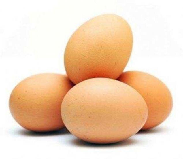 Çoğumuz yumurta kabuklarını bir işe yaramadığını düşünerek çöpe atarız. Ancak yapılan çalışmalar bunun tam tersi olması gerektiğini gösteriyor.    Güçlü kemikler için yeterli miktarda kalsiyum alımının önemli olduğu artık herkesçe biliniyor.