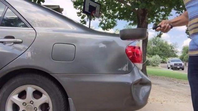 Aracınız ufak tefek çarpma ve sürtmelere maruz kalabilir. Araba tamircisine gitmeden önce kaportadaki göçükleri kendiniz düzeltebilirsiniz. Bunun için sadece sıcak su ve lavabo pompası gerekiyor.