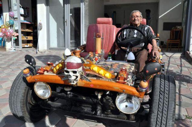 Ankara'da 82 yaşındaki motor ustası Halis Yıldız, 20 yıl önce hurda parçalarından yaptığı ve sürekli modifiye ettiği otomobille 200 kilometre hıza ulaştı. Sandalye parçasından musluk başına kadar birçok malzemeyle donatılan üstü açık otomobil, görenlerin de ilgisini topladı.