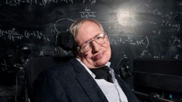 Stephen Hawking (1942 - ...) <br><br>  21 yaşında henüz tedavisi olmayan ALS hastalığına yakalandı. Motor nöronların yüzde 80'i öldü ve felç kaldı.