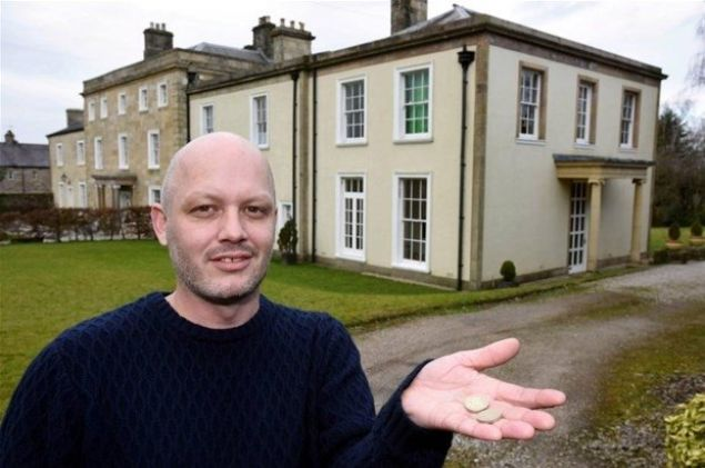 İngiltere'nin Lancashire bölgesinde, 800 bin sterlin (3.5 milyon TL) değere satışa çıkarılan ev alıcı bulmayınca piyango çekilişiyle 9 liraya satıldı.