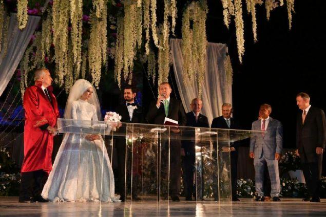 Cumhurbaşkanı Erdoğan, Ekonomi Bakanı Nihat Zeybekci'nin kızı Fatma Zeybekci ile İbrahim Özkan'ın düğün töreninde nikah şahitliği yaptı.