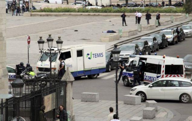 Fransız polisi, liman kentinde bir aracın iki otobüs durağına çarptığını ve en az bir kişinin öldüğü bildirdi.