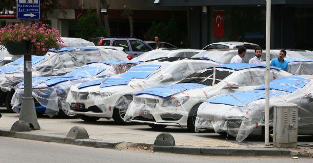İstanbul'da beklenen kuvvetli yağış öncesi oto galerileri dolu ihtimaline karşı araçlarını işyerlerinin içerisine alarak korumaya çalışıyorlar