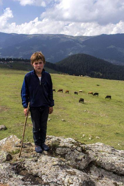 Trabzon'un Maçka ilçesinde PKK'lı teröristlerin erzak çaldığını ihbar eden ve girdikleri evi gösterirken teröristlerin açtığı ateşle kurşunların hedefi olarak şehit olan 15 yaşındaki Eren Bülbül'ün hafızalara kazınan fotoğraflarını öğretmen Umut Can Karahasanoğlu'nun çektiği ortaya çıktı.