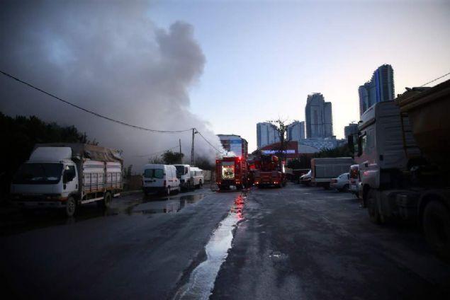 8 büyükbaş kurbanlığın bulunduğu barınakta çıkan yangın itfaiye ekiplerince söndürüldü. Hayvanlardan ikisi telef oldu, yoğun dumandan etkilenen 6'sı ise kesildi.