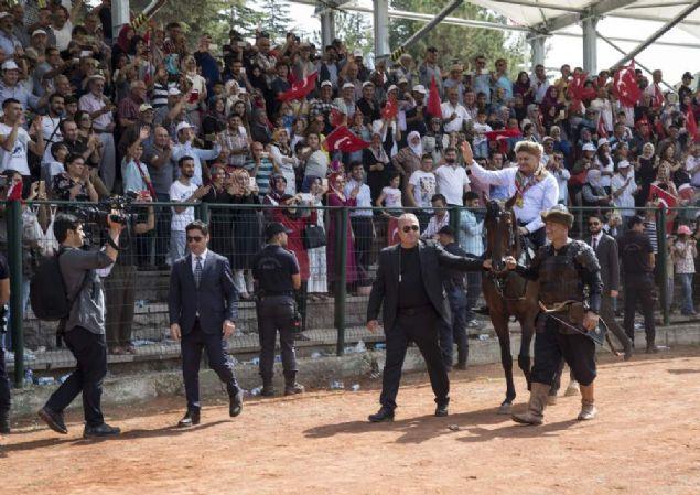 Bilecik Söğüt'teki ilçesinde düzenlenen 736. Ertuğrul Gazi'yi Anma ve Söğüt Şenlikleri'nin son gün etkinliklerine katılarak ata bindi. Alandaki gezintisi sırasında renkli görüntüler objektiflere yansıdı. Başbakan Yıldırım daha sonra alanda bulunan vatandaşlarla kucaklaştı.