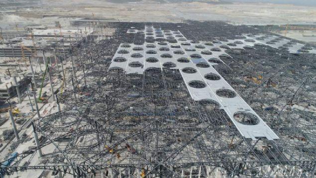 Türkiye'nin en önemli projelerinden olan İstanbul Yeni Havalimanında montajı tamamlanan yolcu köprüleri ilk kez görüntülendi. Yüzde 64.5'i tamamlanan havalimanındaki son durum havadan görüntülenirken, ana terminal binasının dış camlarının ve çatı kısmının bir kısmının tamamlandığı görüldü.