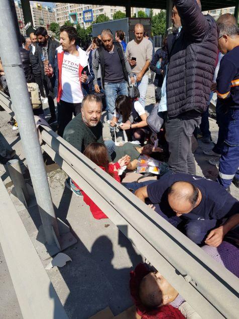 Ispartakule gişelerinde iki katlı halk otobüsünün devrilmesi sonucu ilk belirlemelere göre, 15 kişi yaralandı.
