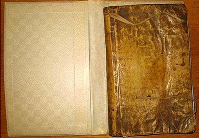 Harvard Üniversitesi'nin kütüphanesinde tuhaf görünümlü deri kapları olan üç kitapla ilgili yapılan araştırma sonucunda, kitapların insan derisiyle kaplı olduğu ortaya çıktı...