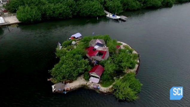 İngiliz müzisyen ve çevreci Richart Sowa, Meksika'nın Karayip sahili açıklarında, pet şişeleri kullanarak ilginç bir ada inşa etti