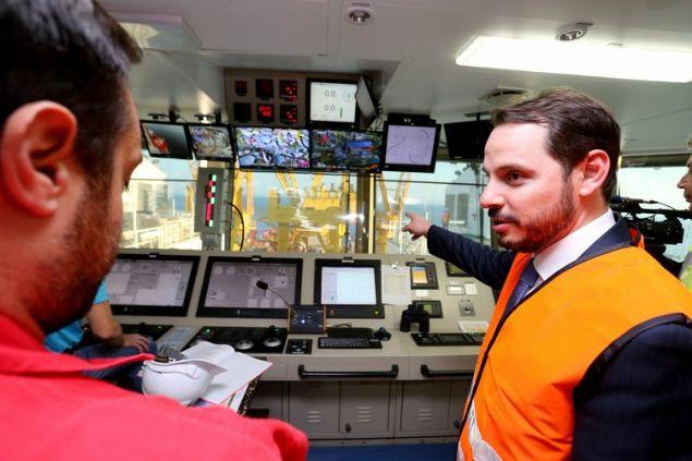 Enerji ve Tabii Kaynaklar Bakanı Berat Albayrak, TANAP projesi Çanakkale Boğazı denizaltı geçiş çalışmalarının yapıldığı gemide incelemelerde bulunarak yetkililerden bilgi aldı